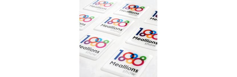 Фото универсальных разноцветных квадратных наклеек с логотипом